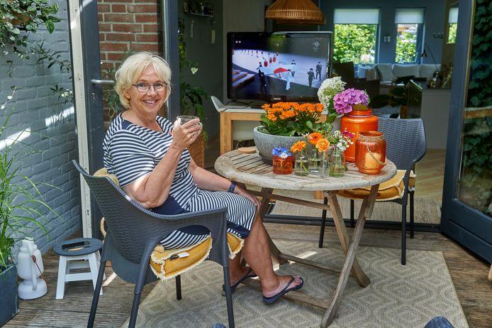 De moeder van olympisch zeilster Annemiek Bekkering uit Veghel kijkt naar de openingsceremonie van de Olympische Spelen.