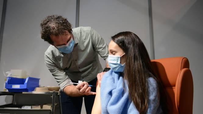 """Geen afwezigen bij zorgverleners in Leuvens vaccinatiecentrum, en daar is een goeie reden voor: """"Iedereen kwam opdagen voor de eerste 400 vaccins"""":"""