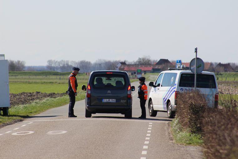 Aan de grensovergangen tussen Knokke en Nederland controleert de politie sowieso al, maar er worden nu ook betonblokken geplaatst.