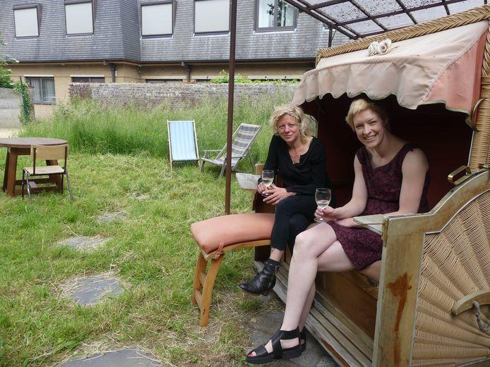 Katelijne De Corte en Lore Maegerman in de tuin van De Plaats.