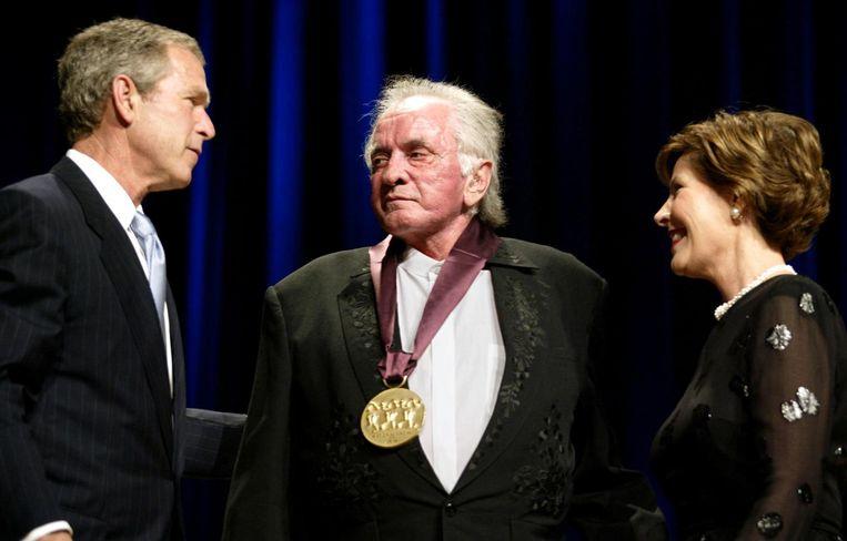 Johnny krijgt de National Medal of Arts van de toenmalige president George W. Bush. Beeld epa