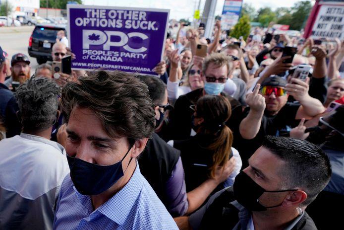 Canadees premier Justin Trudeau loopt weg van de betogers.