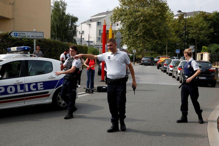 Franse agenten zetten een straat af in Trappes na de mesaanval. Beeld REUTERS