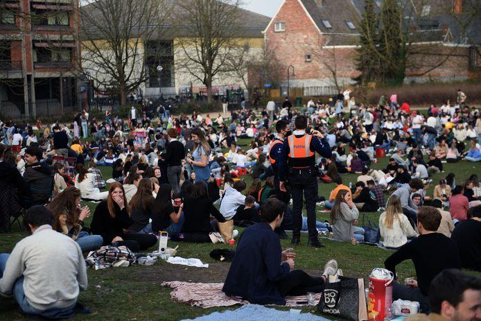 Het stadspark van Leuven zit opnieuw vol groepjes jongeren.