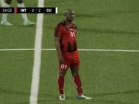 Surréaliste: le vice-président du Surinam dispute un match de la Ligue de la Concacaf à 60 ans