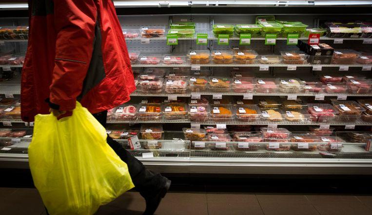 Vlees in de schappen van de supermarkt. Volgens minister Schouten kiezen veel consumenten voor een lage prijs en veel gemak, terwijl ze wel eisen stellen aan boeren. Beeld ANP