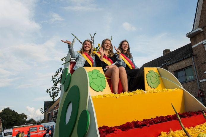 Hopkoningin met haar twee eredames tijdens Hoppestoet editie 2017.