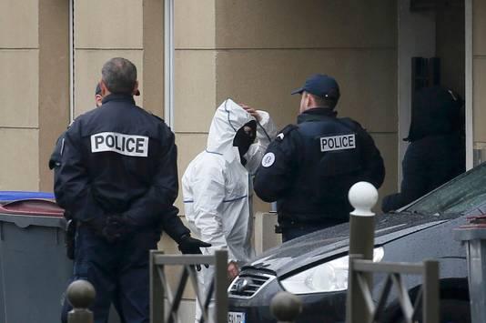 Forensisch experts betreden het pand in Argenteuil na de inval door de politie.