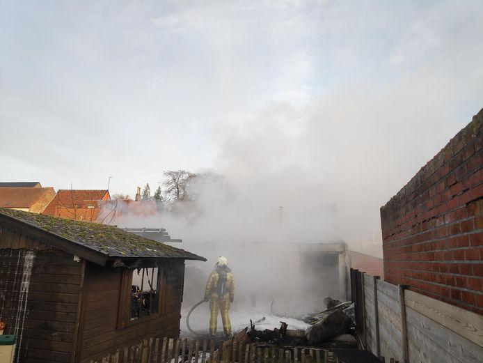 De achterbouw van bakkerij Bekaert brandde volledig uit.