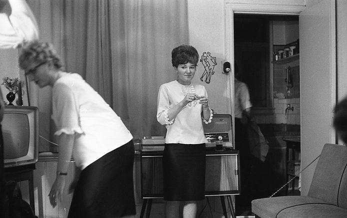 Verjaardagsfeestje in de Joubertstraat, 1962. Let op de stijl van inrichting, tegenwoordig weer helemaal in.