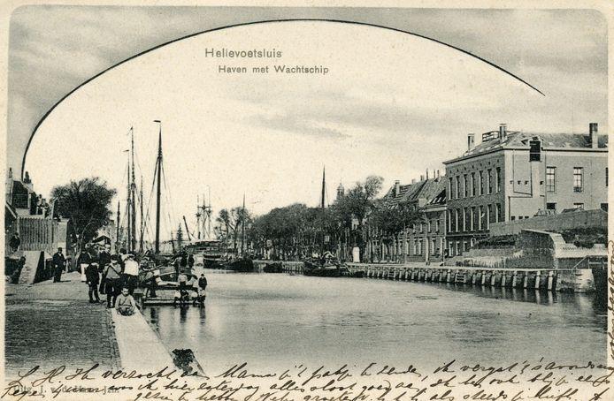 Kijkje in de Haaven van Hellevoetsluis rond 1903, met links het Marinehospitaal waar wat jaren daarvoor patiënten werden opgenomen met een longvirus dat wel erg veel leek op het huidige coronavirus.