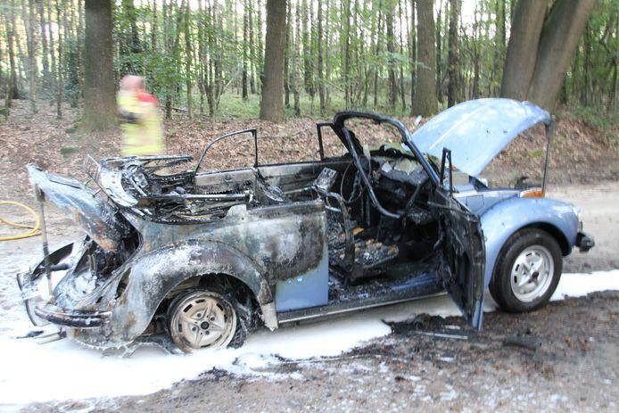 De oude Kever cabriolet uit 1978 vloog tijdens het rijden in brand.