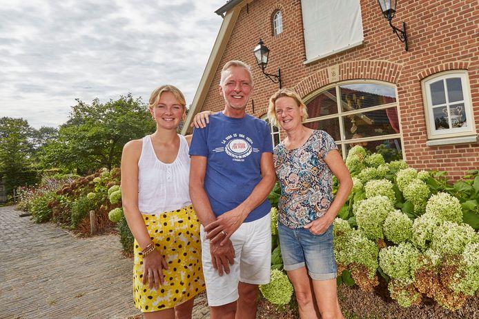 De familie Meiland bij hun villa in Hengelo, Gelderland.