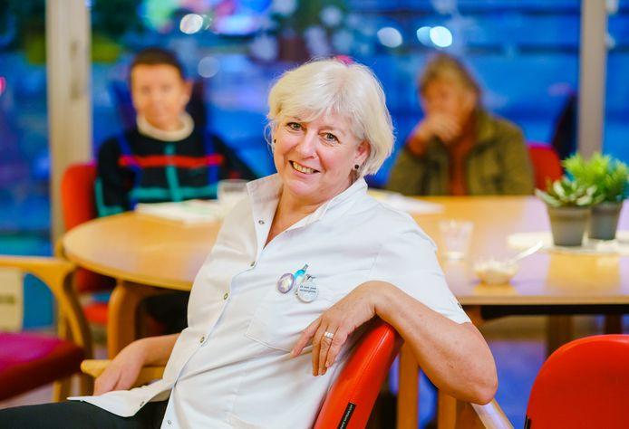 Debora van Iperen is vandaag de eerste verpleeghuiszorgmedewerker in Rotterdam die het vaccin krijgt toegediend.
