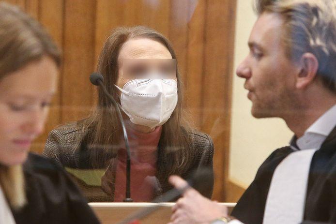 Beschuldigde Alinda Van der Cruysen met haar advocaten Anouck Paquier en Nick Heinen.