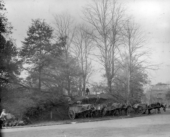 Het rooien en deels afgraven van het Tamboersbosje in 1916, gezien vanaf de Bouriciusstraat.