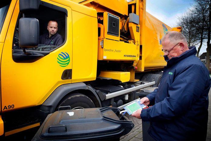 Een medewerker vanWaardlanden controleert in Hoogblokland.