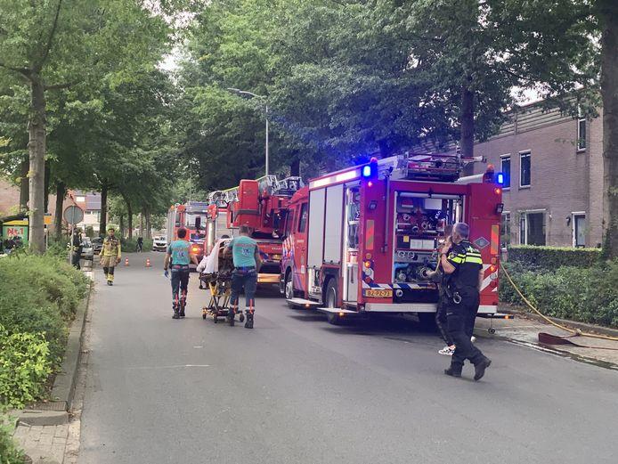 Aan de Zeven Bosjes in Almelo is zondagmiddag een man lichtgewond geraakt bij een woningbrand. De brandweer moest de man uit de woning redden.