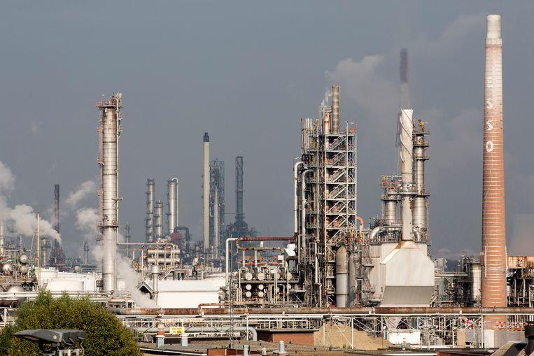 De site van ExxonMobil in de haven van Antwerpen. Beeld BELGA