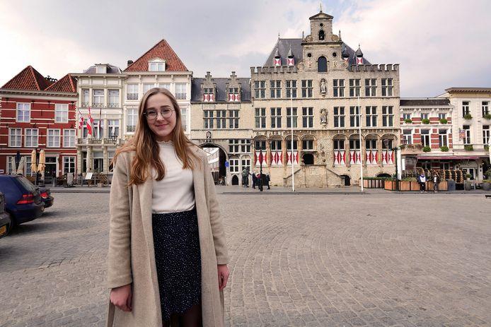 Jasmijn van Vlimmeren op de Grote Markt met het oude stadhuis. foto pix4profs/petervantrijen