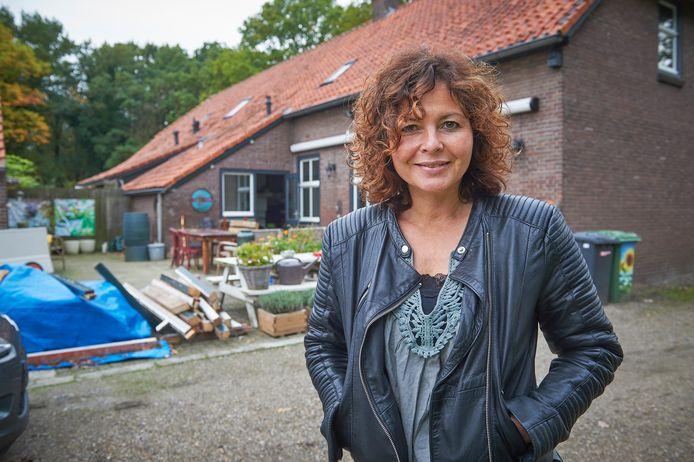 Maaike Widdershoven ten tijde van de verbouwing van haar boerderij in Keldonk.