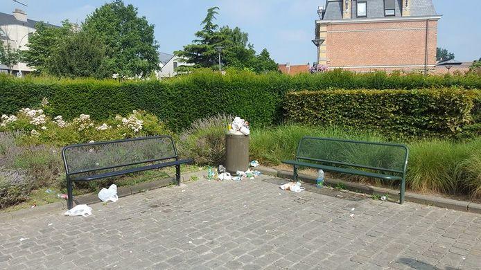 Na fuiven ligt het park vol achtergelaten rommel, flessen en blikjes.