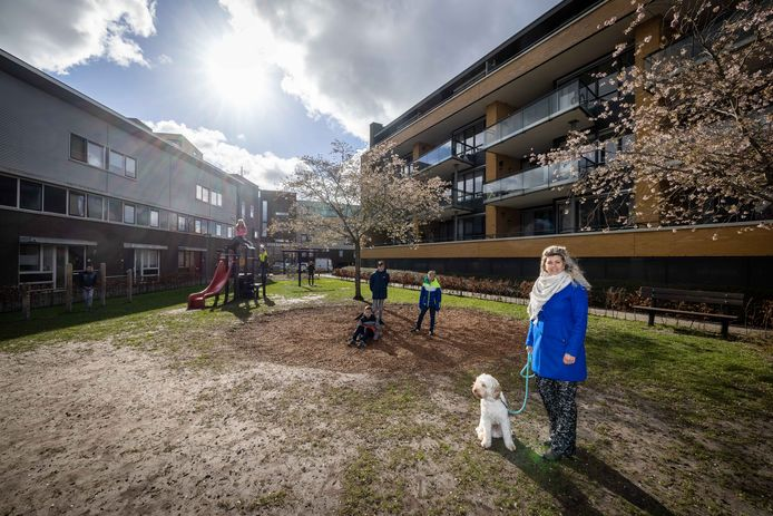 Sandra Vos is samen met de gemeente Steenwijkerland en buurtbewoners bezig om een nieuw speeltoestel te krijgen op de plek waar eerst een hoog klimrek stond.