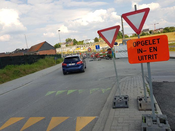 De haaietanden die de voorrangsregeling aanduiden aan de zijstraat naar de industriezone 3A aanduiden op de Suierkaai zijn intussen al duidelijker aangebracht.