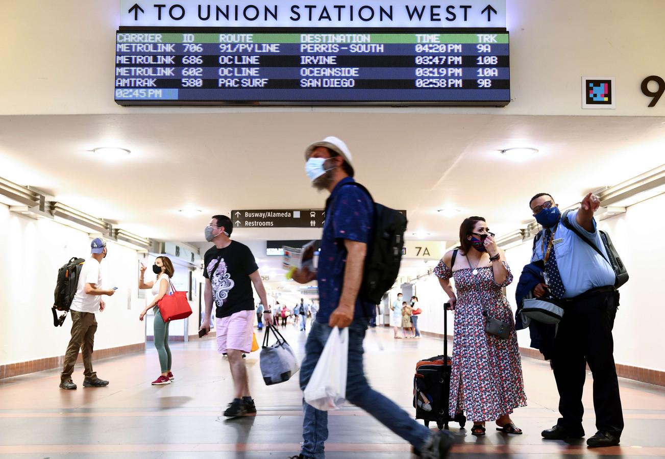 Reizigers dragen mondkapjes op een station in Los Angeles.