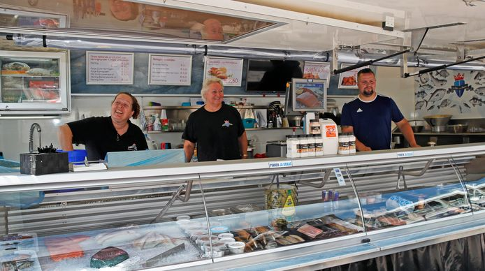 Nissewaard Lokaal wil dat de viskraam van de familie Vlot op het winkelplein van de Akkerhof blijft.