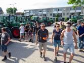 Harskampers met trekkers naar gemeentehuis Ede om zonnepark tegen te houden: 'Leg eerst de daken vol'