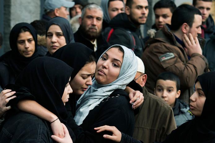 De genomineerde foto van Olaf Kraak: Mensen na afloop van een gebedsdienst in de Nasr-moskee voor de 17-jarige Mohammed Bouchikhi die om het leven kwam door een schietpartij in buurtcentrum Witttenburg.