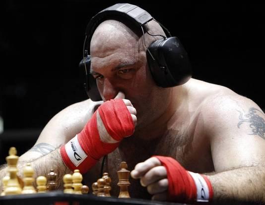 Met een imposante koptelefoon zetten de boksers zich eerst aan het schaken.