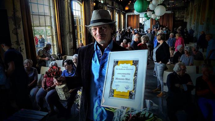 Jan Wilm Tolkamp krijgt een Scholderklöpke voor het nummer 'Memento Mori' op het streektaalfestival Plat Gespöld.