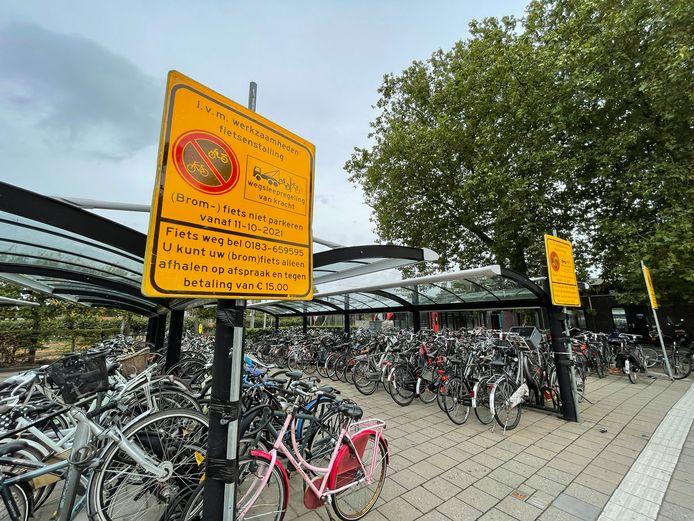 De fietsenstalling bij station Gorinchem moet leeg voor de sloop van de oude reizigerstunnel.