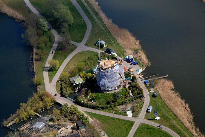De restauratie van de Prinsenmolen tussen de Rotte (rechts) en de Bergse Voorplas vanuit de lucht gezien.