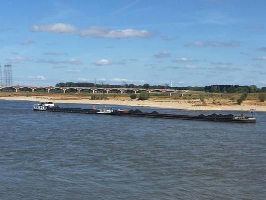 Zomaar een schip op de Waal bij Nijmegen. Deze hoort niet bij de rederijen die illegaal ontgassen.