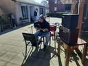 Tim Haverkamp is normaal bewegingsagoog bij Stichting Schakelring, maar vandaag zorgt hij voor muzikaal vermaak.