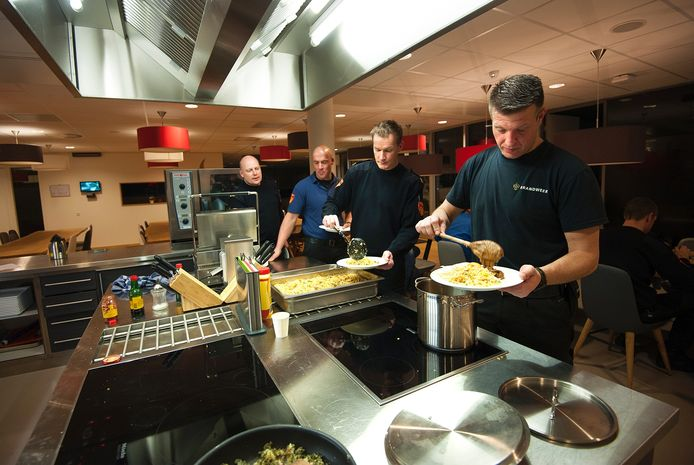 De leden van blusploeg A koken en eten altijd samen.