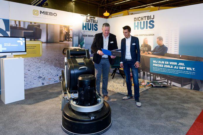 Beni Menting (links) en Bart Ooms met de machine voor het renoveren van betonvloeren op de stand van de Borrenbergs Groep.
