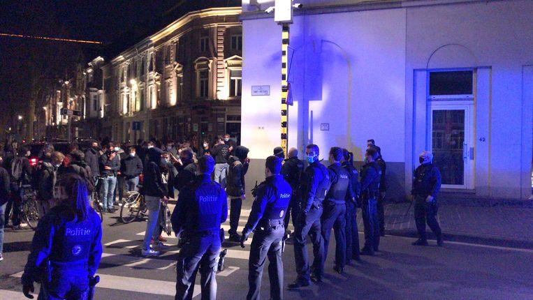 De politie blokkeert de toegang naar het Sint-Pietersplein. Beeld Sibren Dejaegher