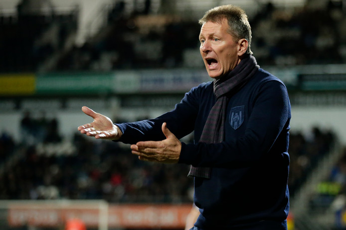 ALMELO, NETHERLANDS - OCTOBER 26: coach Frank Wormuth of Heracles Almelo  during the Dutch Eredivisie  match between Heracles Almelo v PEC Zwolle at the Polman Stadium on October 26, 2019 in Almelo Netherlands (Photo by Peter Lous/Soccrates/Getty Images)