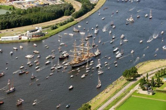 Een tall ship vaart donderdag met tientallen andere schepen via het Noordzeekanaal naar Amsterdam. ANP