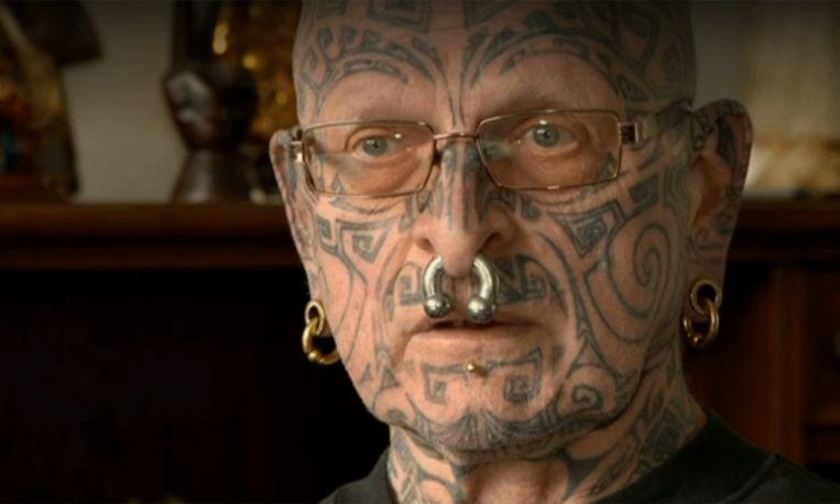 Opa met tatoeages mag niet mee naar school want: 'te eng voor de klas'