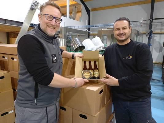 De brouwers Arnoud Boonstra en Roland Boschman (r) met Luuk's Tripel in de fles.