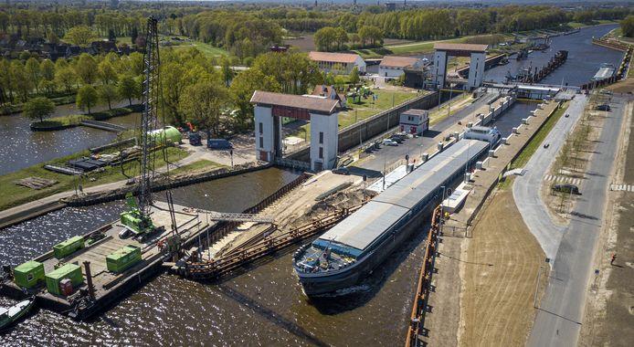 De sluis bij Eefde met rechts de nieuwe en links de oude sluis. Vanaf eind juli moeten ze beiden in gebruik zijn.