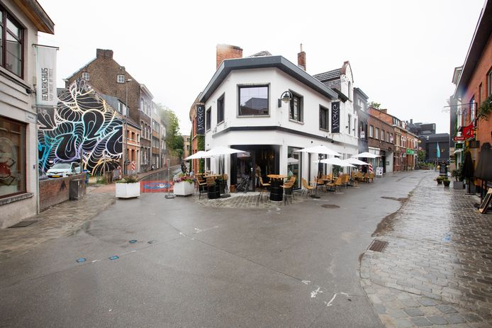 Het voormalige pand van café Shanti Beans kreeg een volledig nieuwe look met stijlvolle, zwarte ramen en een frisse gevel.