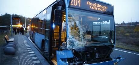 Bus geramd op oprit A50 bij Hattem