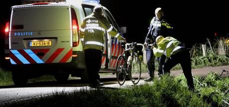 VIDEO: Wielrenners zwaargewond en in kritieke toestand na aanrijding bij Hoenzadriel