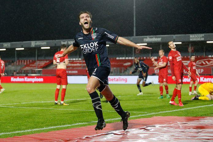 Javier Vet viert de 0-3 voor NEC, spelers van Almere City blijven aangeslagen achter.
